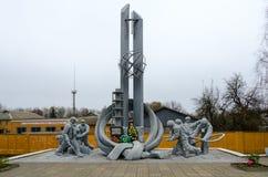 Monument aux sapeurs-pompiers qui ont participé à la liquidation des conséquences de l'accident à la centrale nucléaire de Cherno photo libre de droits