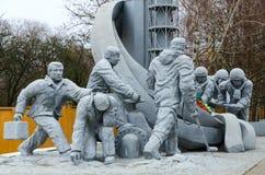Monument aux sapeurs-pompiers qui ont participé à la liquidation des conséquences de l'accident à la centrale nucléaire de Cherno photo stock