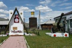 Monument aux soldats qui sont tombés dans la grande guerre patriotique au centre régional Ulagan dans la République d'Altai photos stock