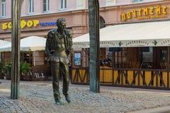 Monument av Bulat Shalvovich Okudzhava på den Arbat gatan, Moskva, Ryssland arkivfoto