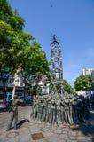 Monument av den Els Castellers monumentet, menande pyramid av folk som traditionellt byggs på festivaler i den Catalonia regionen arkivfoto