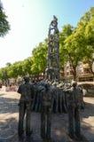 Monument av den Els Castellers monumentet, menande pyramid av folk som traditionellt byggs på festivaler i den Catalonia regionen royaltyfri bild