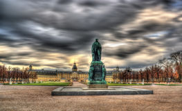 Monument av den Karl Friedrich von Baden och Karlsruhe slotten royaltyfria foton
