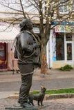Monument av den lyckliga lampglassoparen och hans katt _ Arkivbild