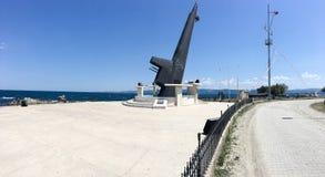 Monument av för ubåtakter för TCG Dumlupinar däcket Hon sjönk efter en tragisk olycka av kusten Royaltyfria Foton