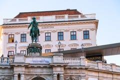 Monument av Franz Joseph I och Albertina Museum Royaltyfri Fotografi