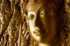 Monument av guld- buddha, tempel Thailand Royaltyfria Foton