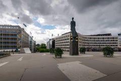 Monument av konungen Haakon VII som lokaliseras på den Henrik Ibsens porten Arkivfoto
