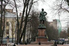 Monument av Peter det stort i Kronstadt, Ryssland i molnig dag för vinter fotografering för bildbyråer