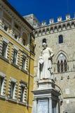 Monument av Sallustio Bandini på fyrkantiga Salimbeni i Siena Royaltyfri Bild