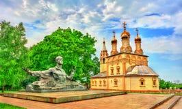 Monument av Sergei Yesenin och kyrka av omgestaltningen i Ryazan, Ryssland Fotografering för Bildbyråer