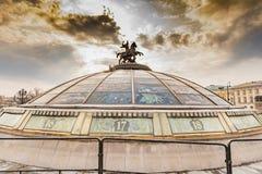Monument av St George på den okhotny Ryad för kupol KÖPCENTRET Royaltyfri Fotografi