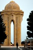 Monument in Baku, hoofdstad van Azerbeidzjan, aan die gedood die op 20 Januari 1990, met een mens die en een graf wordt gesilhoue Stock Afbeelding