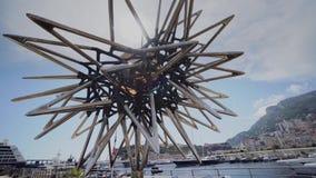 Monument bij het water in de het blauwe overzees en hemel van Monaco stock video