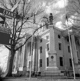 Monument confédéré flanqué des drapeaux abaissés pour l'espace vert photo stock