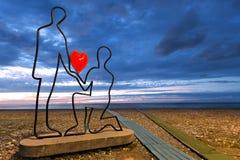 Monument consacré à l'amour, au crépuscule, le long du Pebble Beach par la Mer Noire à Batumi, la Géorgie Image stock