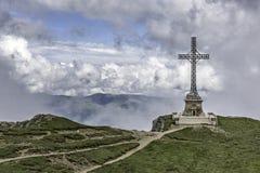 Monument croisé de héros de Caraiman en montagnes de Bucegi, Roumanie Photo libre de droits