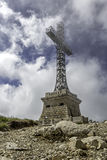 Monument croisé de héros de Caraiman en montagnes de Bucegi, Roumanie Photographie stock libre de droits