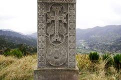 Monument croisé en pierre les victimes du massacre Photographie stock libre de droits