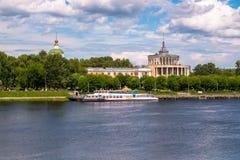 Monument délabré du style staliniste d'empire Station de rivière de Tver sur la Volga quelques jours avant l'accident Russie photographie stock