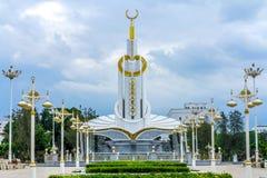 Monument d'Achgabat avec la guirlande image stock