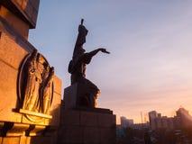 Monument d'amitié à Oufa au beau lever de soleil d'hiver La Russie, Bashkortostan Photographie stock libre de droits