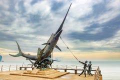 Monument d'espadons sur le bord de mer dans ao Nang, Krabi, Thaïlande Photographie stock