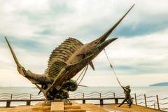 Monument d'espadons sur le bord de mer dans ao Nang, Krabi, Thaïlande Photo stock