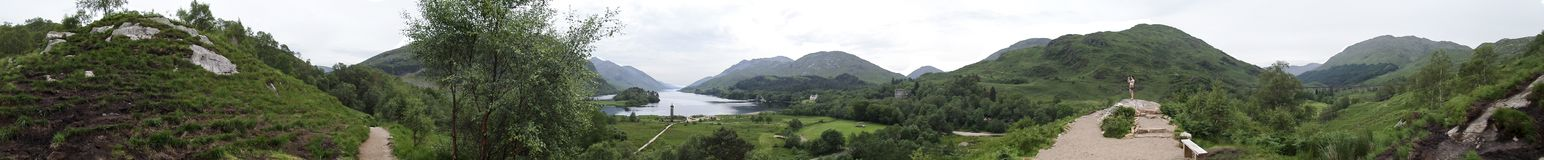 Monument dans le panorama de Glenfinnan images stock