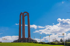 Monument, das auf einem Hügel in einem Park in Bukarest, Rumänien sitzt Stockfotografie