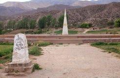Monument, das den Wendekreis des Steinbocks bei Huacalera, Argentinien markiert lizenzfreies stockbild