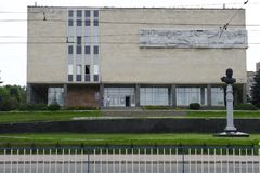 Monument de Carl Gascoigne à l'entrée au musée de Lugansk de l'histoire locale Image libre de droits