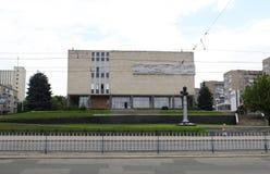 Monument de Carl Gascoigne à l'entrée au musée de Lugansk de l'histoire locale Photo stock