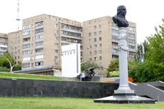 Monument de Carl Gascoigne L'arme à feu la licorne de Serfing à l'entrée au musée de Lugansk de l'histoire locale Photo libre de droits