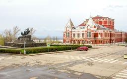 Monument de Chapaev et théâtre de drame en Samara photos libres de droits