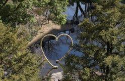 Monument de coeur sur la rivière en parc Image libre de droits