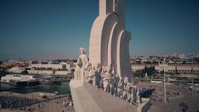 Monument de découvertes au secteur de Belem à Lisbonne, Portugal, vue aérienne banque de vidéos
