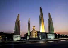 Monument de démocratie sur le ciel crépusculaire Photo stock