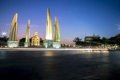 Monument de démocratie sur le ciel crépusculaire Images stock