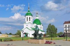 Monument de Dostoevsky sur le backround des saints Peter et Paul Church dans Tobolsk Image stock