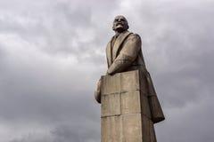 Monument de granit de V I Lénine avec un chapeau de fourrure dans sa main Photo stock