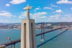 Monument de Jesus Christ de vue aérienne observant à la ville de Lisbonne dans Por Image libre de droits