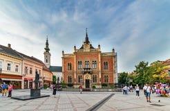 Monument de Jovan Jovanovic Zmaj, devant et architecture néoclassique de palais de cour de Vladicin d'évêque à Novi Sad, Serbi photo stock