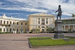 Monument de l'empereur russe et du palais classique Images stock