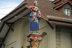 Monument de la femme avec une cruche qui verse l'eau Photo stock