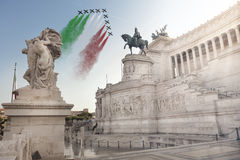 Monument de la patrie, Frecce Tricolori (flèches tricolores) Beaux vieux hublots à Rome (Italie) photos stock