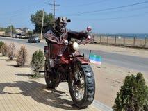 Monument de motocycliste dans Derbent, Dagestan, Russie Photo stock