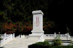 Monument de souvenir avec l'écriture chinoise au cimetière Gilgit Pakistan de la Chine Photo stock