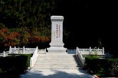 Monument de souvenir avec l'écriture chinoise au cimetière Gilgit Pakistan de la Chine Images libres de droits