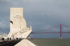 Monument der Entdeckungen und das 25. von April-Brücke, Lissabon, Portugal Lizenzfreies Stockbild